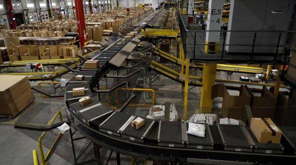 Un centro di distribuzione Amazon (Ansa)