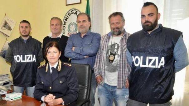 Il vicequestore Ferasin con alcuni agenti del commissariato