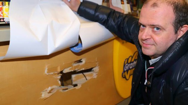 Nicola Pieri mostra il pannello dietro al quale c'era la cassaforte