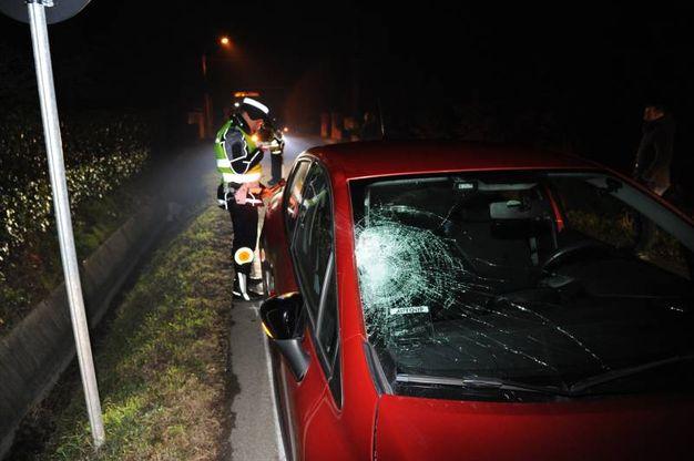 L'auto che ha travolto e ucciso la donna (foto Fiocchi)