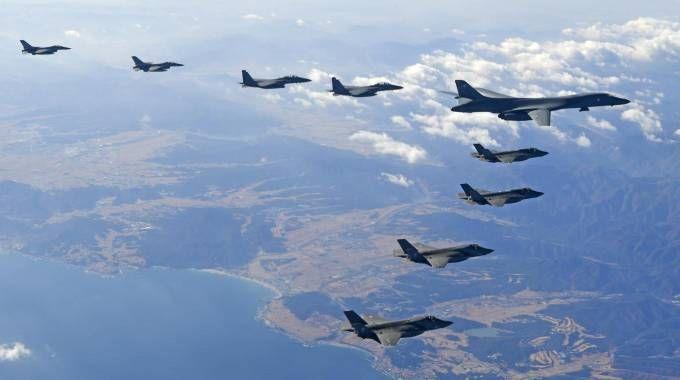 Un bombardiere supersonico B-1B Usa scortato da caccia sudcoreani (Ansa)