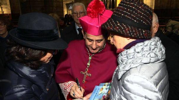 L'arcivescovo Mario Delpini tra i fedeli (NewPress)