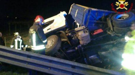 Il camion ribaltato a Rubiera