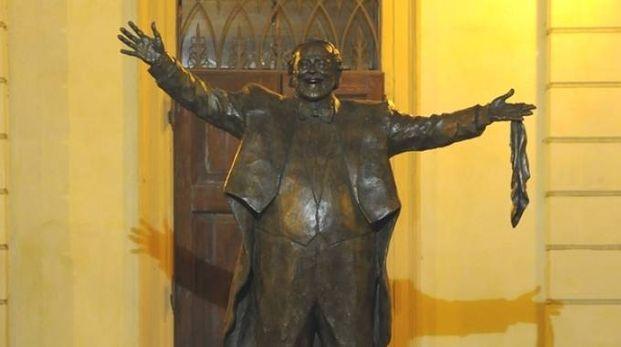 La statua di Pavarotti