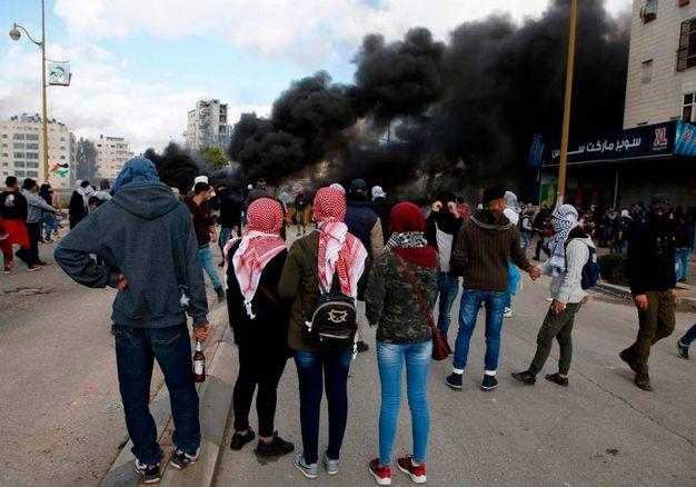 Ragazzi palestinesi indossano la tradizionale Keffiya (AFP)