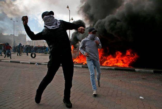 Manifestanti palestinesi lanciano pietre (AFP)