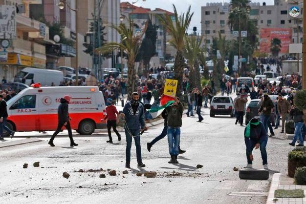 Manifestanti a volto coperto a Betlemme (AFP)