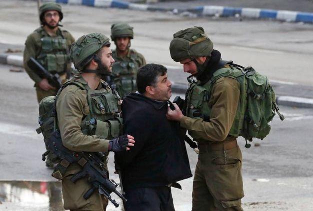 Truppe israeliane arrestano un manifestante a Hebron (AFP)