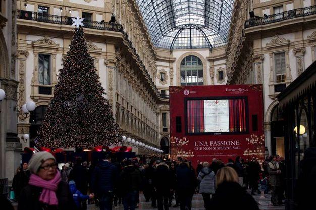 Folla in Galleria Vittorio Emanuele davanti al maxischermo che trasmetterà la Prima della Scala