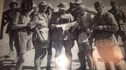 La foto mostra soldati italiani e dell'unità tedesca Afrika Korps in Libia