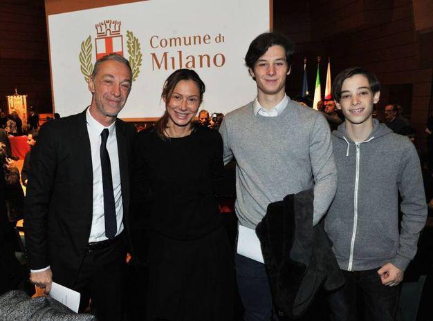 Medaglia d'Oro a Pasquale Di Molfetta, noto come dj Linus, accompagnato da moglie e figli