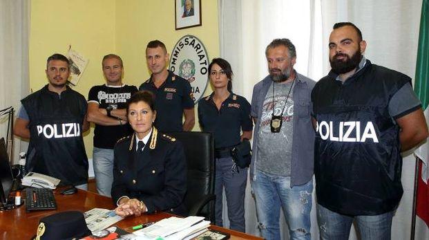 Il vicequestore Ferasin (seduta) con gli agenti del commissariato