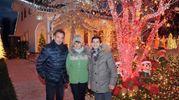Melegnano, la Casa di Babbo Natale: il proprietario Massimiliano Goglio con la moglie Annalisa Cagnani e il  sindaco Rodolfo Bertoli