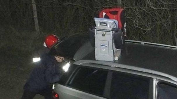 Luzzara, i rilievi sull'auto in cui la donna ha accoltellato il figlio (Foto Lecci)