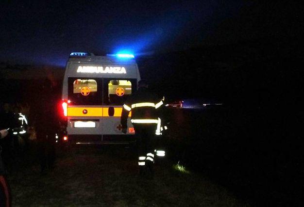 L'ambulanza porta via la donna (foto Lecci)