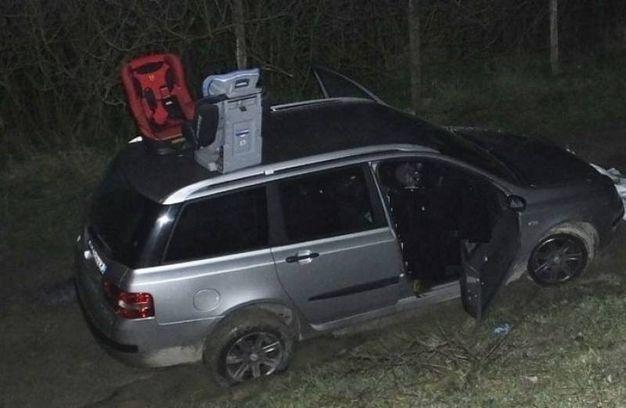 I rilievi sull'auto dove sono stati trovati la donna e il bambino (Foto Lecci)