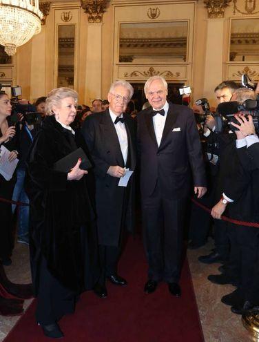 Mario Monti con la moglie e Pereira (La Presse)