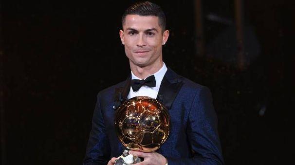 Cristiano Ronaldo con il suo quinto Pallone d'Oro (Afp)