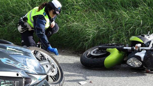 I rilievi nel luogo dell'incidente, le due moto a terra