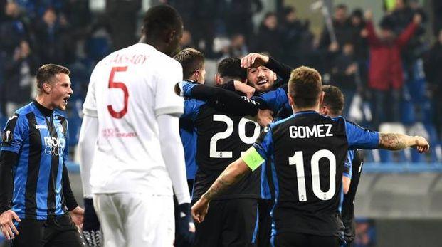 L'esultanza dei nerazzurri dopo il gol di Petagna