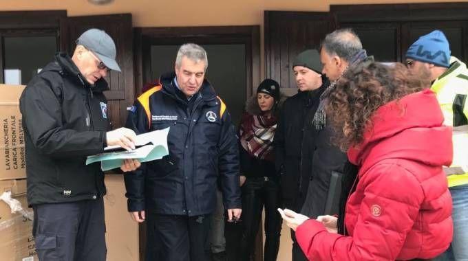 La visita del capo della Protezione civile, Angelo Borrelli, nel cantiere delle casette di Sarnano
