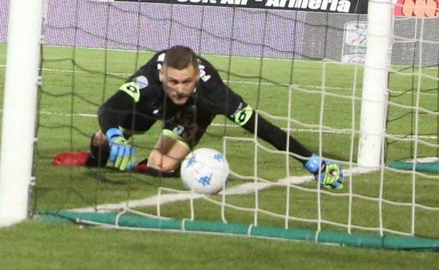 Fulignati si fa sfuggire il pallone calciato da Benali: 0-1 (foto Ravaglia)