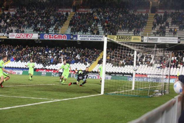 Il gol di Pettinari riporta il Pescara in vantaggio (foto Ravaglia)