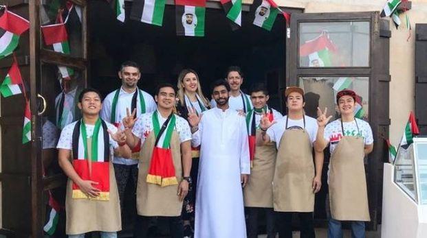 L'intero gruppo di lavoro del caffè Mazmi: una perfetta sintesi tra lo stile italiano e quello degli Emirati Arabi