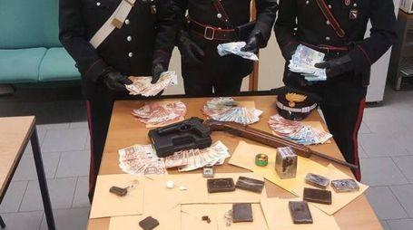 I carabinieri con droga e soldi falsi