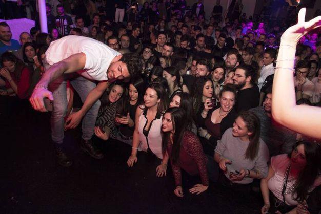 Per Ignazio si sprecano i selfie con le fan in delirio