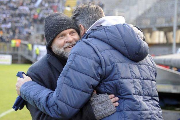 L'abbraccio tra mister Cosmi e mister Aglietti (foto LaPresse)