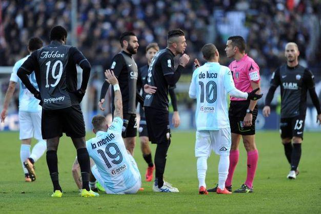 Proteste giocatori dell'Ascoli (foto LaPresse)
