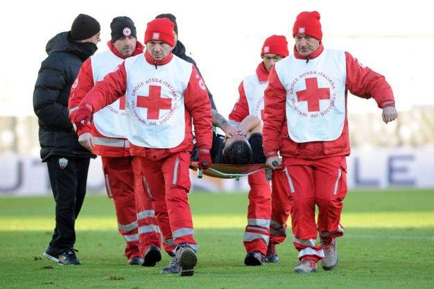Mengoni esce dal campo in barella a causa di un infortunio (foto LaPresse)