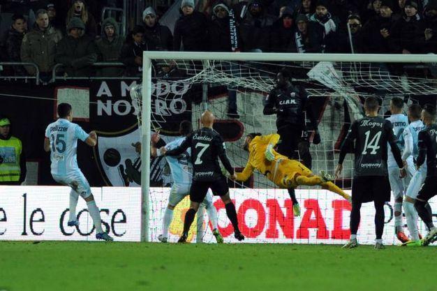 Il gol di Aramu al 90' (foto LaPresse)