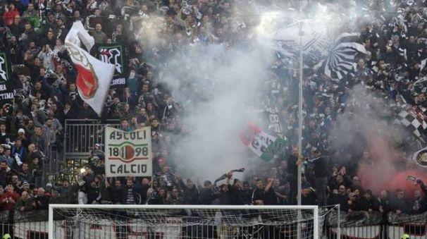 I tifosi dell'Ascoli in Curva Sud