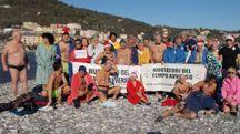 Il gruppo di cinquanta partecipanti al bagno invernale all'isola Palmaria a 12°