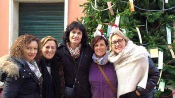 Le donne dell'associazione  Vivi Fiumaretta impegnate   a promuovere le iniziative natalizie nella frazione