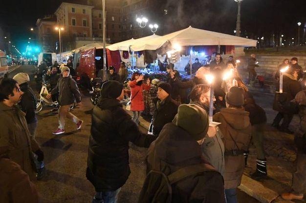 I ciclisti di ritorno dalla Fiera, dove si erano radunati per protestare contro l'evento automobilistico, sono passati per la Montagnola, incontrando i partecipanti alla fiaccolata (Foto Schicchi)