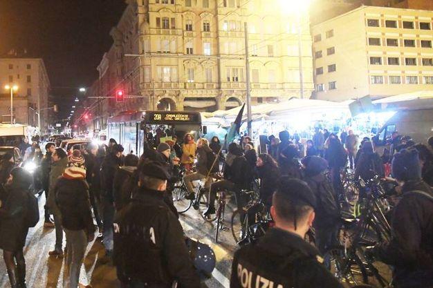 I manifestanti presenti, scesi in piazza per protestare contro il degrado della Montagnola, si sono scontrati in via Irnerio con i ciclisti anti-Motor Show, per la maggior parte esponenti di collettivi autonomi (Foto Schicchi)