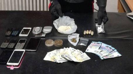 La droga e il denaro sequestrati dai carabinieri