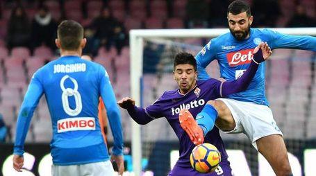 Simeone contrastato da Albiol in Napoli-Fiorentina dell'andata
