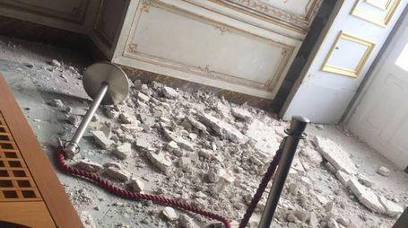 Crollo dell'intonaco nella Stanza delle Dame alla Reggia di Caserta (Ansa)