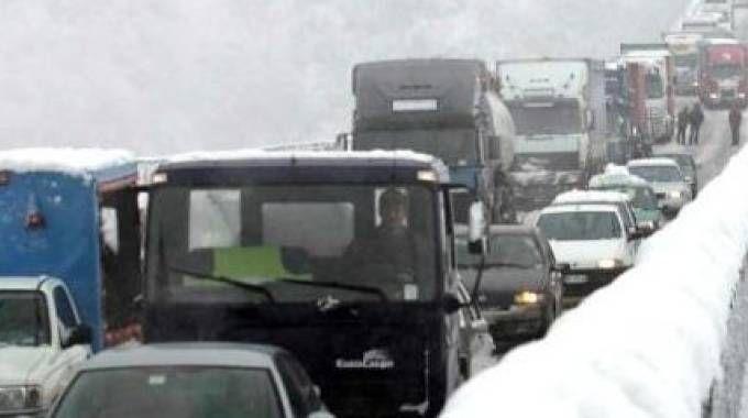 Auto in autostrada ferme per la nevicata (foto di repertorio)