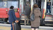I primi viaggiatori salgono sul treno (foto Donzelli)