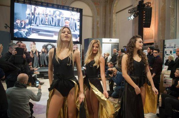 """Le giovani ragazze si sono esibite sul palco con abiti della atelier bolognese """"Laura"""" (foto Schicchi)"""