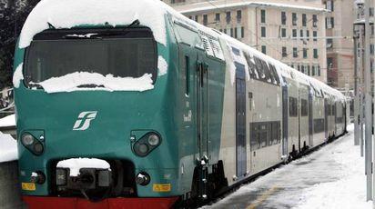 Maltempo, treno fermo nella neve (Ansa)