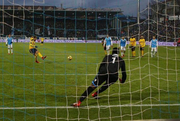 Spal-Verona 0-1, il rigore di Cerci (Ansa)