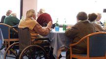 Anziani in una casa di riposo (foto di repertorio)
