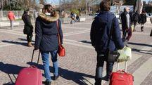 Alcuni viaggiatori appena arrivati nella nostra stazione ferroviaria