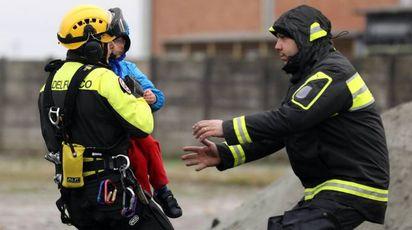 Esonda il fiume Enza a Lentigione, un bambino portato in salvo dai Vigili del Fuoco (Ansa)